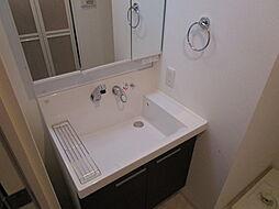 リーガレジデンス豊崎の独立洗面化粧台が付いています