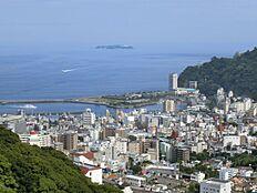 熱海市街地と海を一望する展望温泉大浴場あります