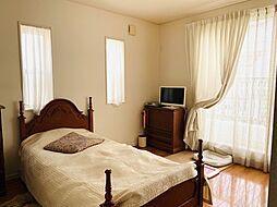 寝室は、ダブルサイズのベッドも楽々配置できる約8帖。大型WICも付いています。