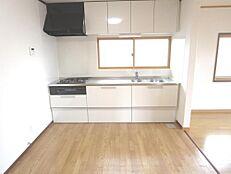 リフォーム後のキッチンの画像です。クリナップ製の2550mmの新品キッチンに交換しました。蛇口には浄水器も付いています。
