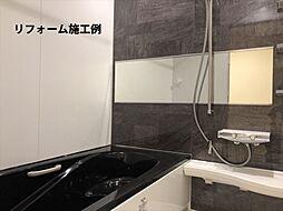 月々4647円(総額1626000円、金利1.075%35年)のリフォームで新品のバスルームに。「キレイ浴槽」は汚れが付きにくい人工大理石です。床は独自の断熱層で寒い日の冷たさを感じにくくします。