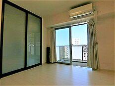 7.0帖洋室はマスターベッドルームとしてご利用ください。お部屋全てに開口部があり非常に明るいです。