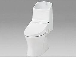 同仕様写真トイレはTOTO製の温水洗浄機能付きに新品交換します。表面は凹凸がないため汚れが付きにくく、継ぎ目のない形状でお手入れが簡単です。節水機能付きでお財布に優しい商品です。