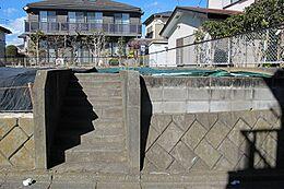 建築条件無し。京王高尾線めじろ台駅を中心に、一戸建てが立ち並ぶ住宅街。交通量の少ない静かな住環境です。