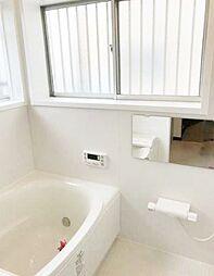 ワイドバスタブ、窓付で明るいです。新規交換済のきれいな浴室。