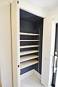 参考例としてシューズクローク。中の棚が高さ調節できますので、工夫次第で何足も入りますし下段にも色々収納が可能です。