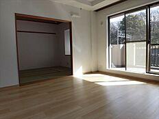 リビングの隣は和室で広く使えます