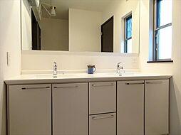 洗面台は2つあるので、慌ただしい朝も安心