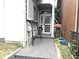玄関は屋根付きなので雨の日も濡れずにすみます