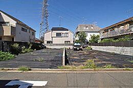 第1種低層専用地域の緑あふれる非常に閑静な住宅街です。