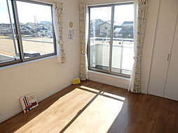 窓が2ヶ所にある明るい洋室。バルコニーに出入りできるのも便利ですね。