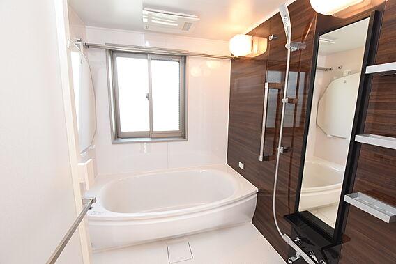 浴室には窓がつ...