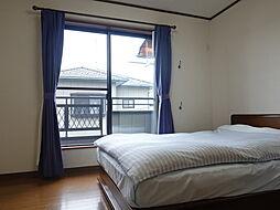 6帖:大きな窓から光が入り、白い壁紙によりさらに明るく感じる洋室です。