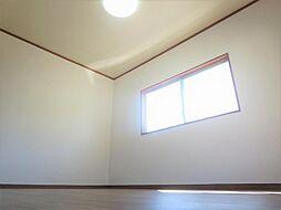リフォーム済2階北側洋室写真です。床はクッションフロア、床天井はクロスを貼り替えました。お子様の一人部屋としてもお使いいただけます。