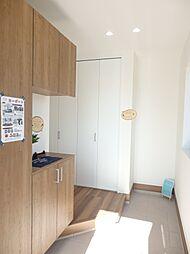 インテリアを置けるスペース付の玄関収納。靴や玄関まわりグッズをしっかり収納。