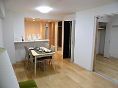 続き間との引き戸を開放すれば、約19畳の広大な空間に早変わり。壁一面の窓から光が差し込みます。
