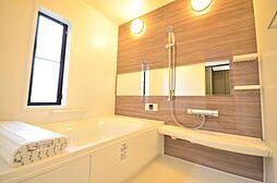 浴室LIXIL製の1.25坪サイズのユニットバスに新品交換いたしました。広々サイズの浴槽で、日々の疲れを癒して頂けます。