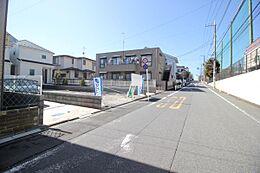 見通しの良い前面道路。ゆったりとした街並みが広がります。