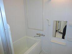 一日の疲れを癒し、身体と心を暖めてくれる広いバスルーム。キッチンに備え付けられたリモコンからもお湯張りが可能です。