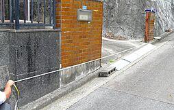 擁壁の端から隣地境界まで約5.5mです